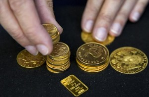 Picture of Gold Down, Retreating U.S. Bond Yields Counter Strengthening Dollar